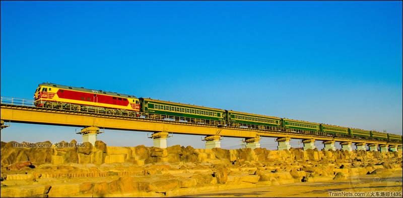 2016年1月。DF4D客准高速型内燃机车,牵引25B型车体编组8节。局管内通勤车通过包环铁路线昆都仑河大桥。(图/火车烙印1435)