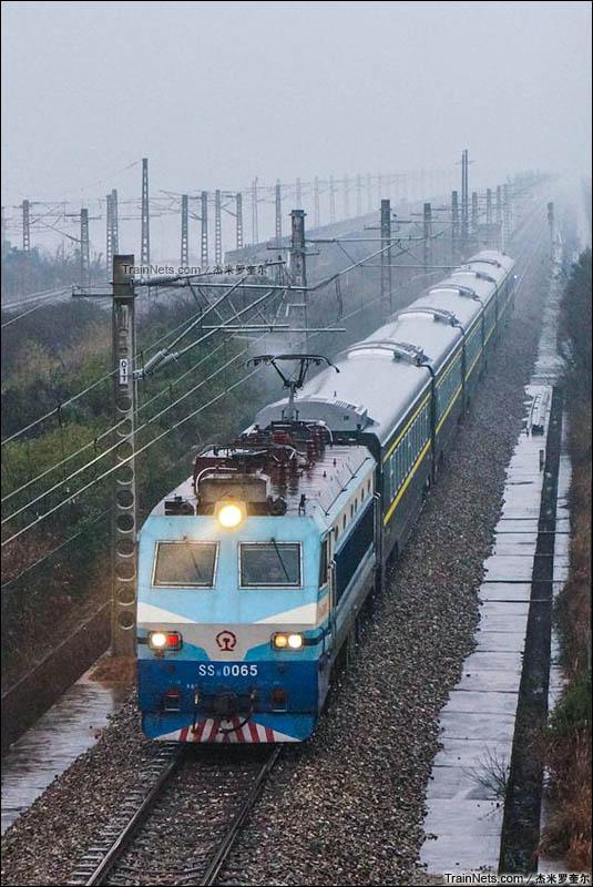 2016年1月20日。历时6年的石长铁路复线电气化工程于今日正式竣工通车。SS8-0065牵引石门县北-长沙城际特快通过石长铁路湘江特大桥。(图/杰米罗奎尔)