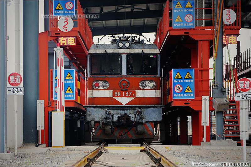 2015年10月3日。北京丰台西机务段。正在整备的8K型电力机车。北京局8K机车已于2015年12月31日封存。(图/陇海特快车)
