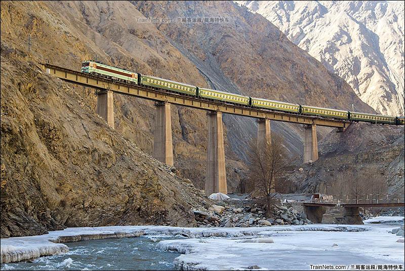 2016年2月15日。嘉镜铁路冰沟至狼尾山区间。兰局嘉段SS3-5221牵引的7521次行驶在二号桥。(图/陇海特快车)