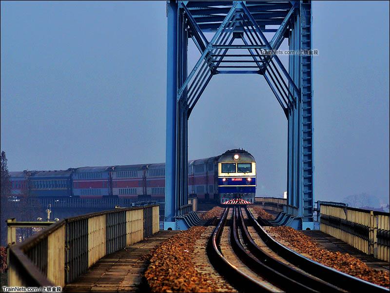 2016年1月9日。芜湖皖赣线,芜湖南湾沚区间。DF11牵引2593次郑杭双层客车通过桁架桥。(图/上铁金段)