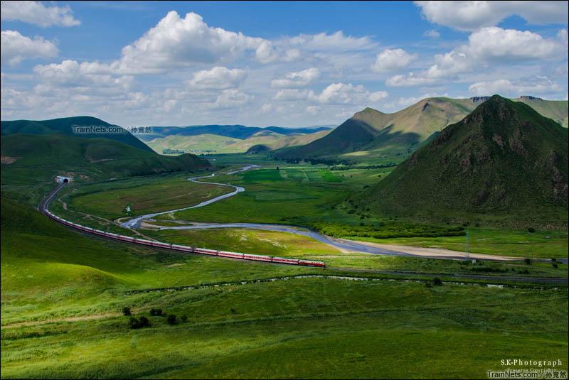 2014年8月。通霍线。兴安盟霍林郭勒市云端。DF4D牵引K7528次,霍林郭勒-大连通过通霍线383公里云端隧道。(图/孙竞然)