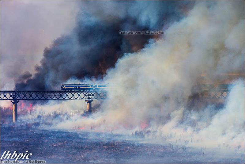 2016年2月6日。南同蒲线。野火烧不尽,春风吹又生,双机DF8B货列行驶在风陵渡黄河大桥上冲出浓烟瞬间。(图/太局太段DF8B)