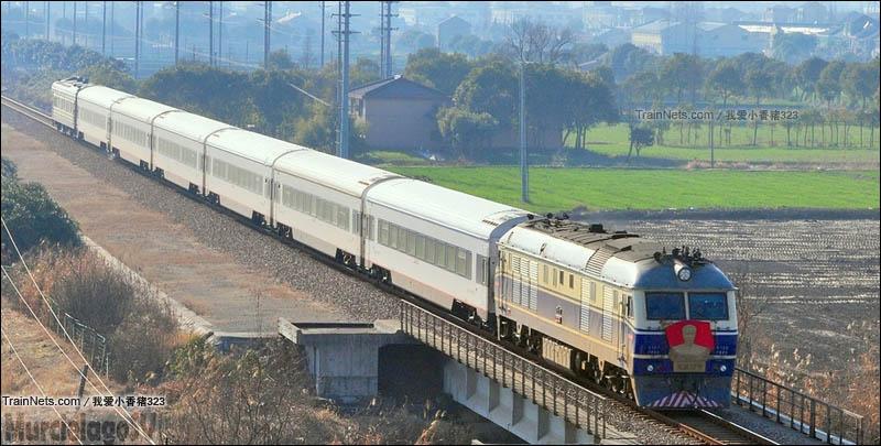 """浦东铁路。DF11""""周恩来号""""牵引K8353次开往芦潮港方向。(图/我爱小香猪323)"""