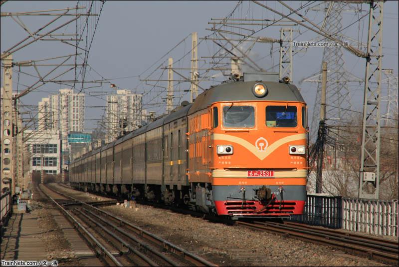 2016年2月20日。追寻北京最后的橘子,东风4-2531牵引6420次接近通州西站。(图/文一涵)