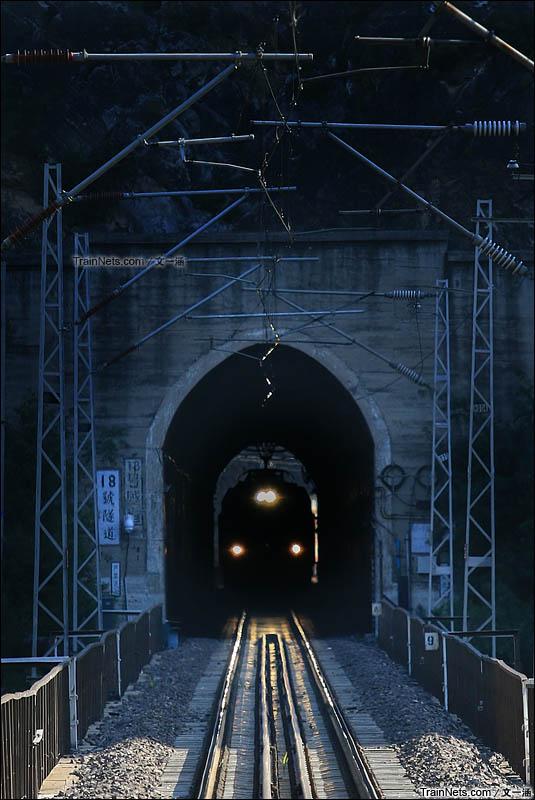 2015年9月26日。在200mm镜头裁剪的画幅中,Y505次列车冲进丰沙下行18号隧道,在山间盘旋着驶向珠窝东站。(图/文一涵)