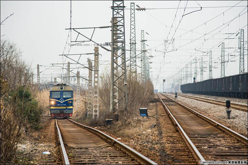 2015年12月27日。一台DF4C机车驶出淮南西站,准备入库。(图/小黑想做摄影师)