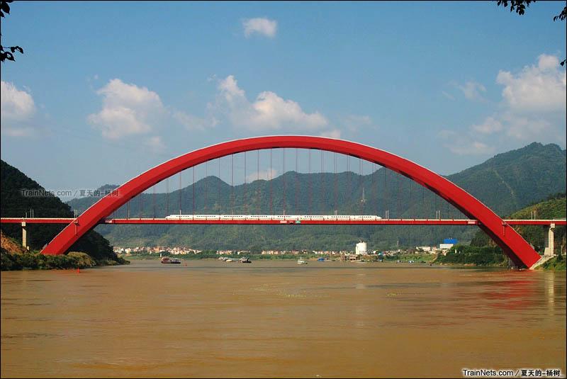 2015年11月。广东肇庆。CRH2A通过南广铁路西江大桥。(图/夏天的-杨树_)