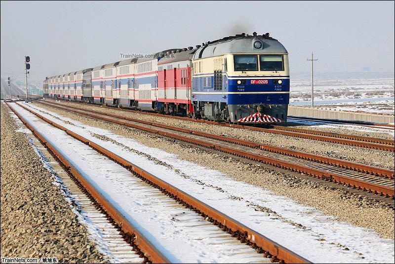 2016年1月14日。南疆线。DF11机车牵引客车通过策达雅站。(图/姚旭东)