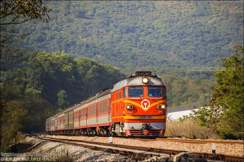 2016年2月28日。深圳。平南铁路。橘客-2613牵引K586通过塘朗。(图/BBZ_DF11-0262)