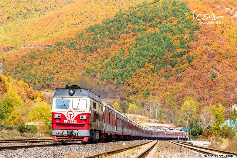 2014年10月。黑龙江省牡丹江市。滨绥铁路。五色山下DF4D牵引客车通过敖头火车站前往哈尔滨。(图/CS唯一)