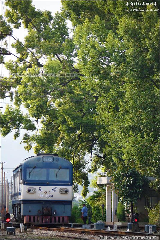 2014年8月6日18:08。昆河线。20007次进入盘溪站,本务DF21-0006。(图/方宇)