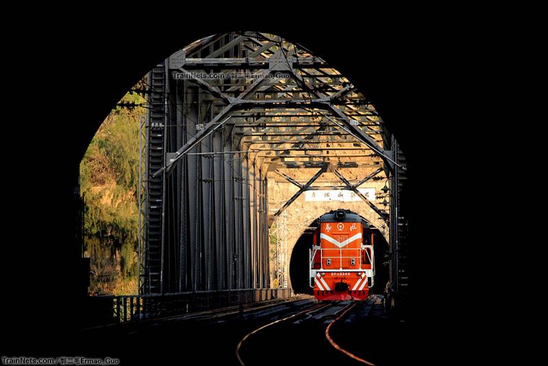 2015年12月31日。成昆渡口支线,雅砻江大桥上DF7C正由倮果隧道驶入青松山隧道。(图/郭二毛Ermao_Guo)