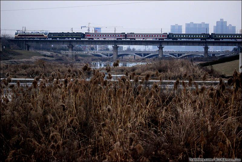 2016年1月19日。陇海线。西安桃花潭远眺K8176次(西安-安康)。(图/郭二毛Ermao_Guo)