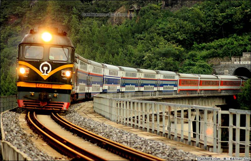 2015年9月4日。广巴线。夏末雨后行驶在锈迹斑斑铁轨上的K9398次(巴中-成都)。(图/郭二毛Ermao_Guo)