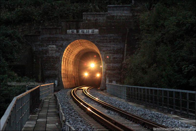2015年初冬。K9398次(巴中-成都)即将驶出广巴线乐家嘴隧道。(图/郭二毛Ermao_Guo)