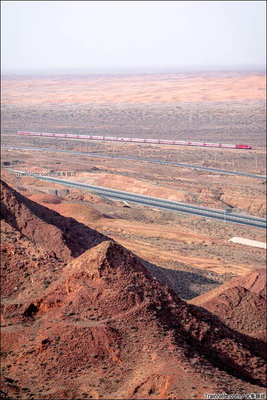 2016年2月。长流水西展线。第一条沙漠铁路包兰铁路,2636次,兰州-呼和浩特。(图/火车掠过)
