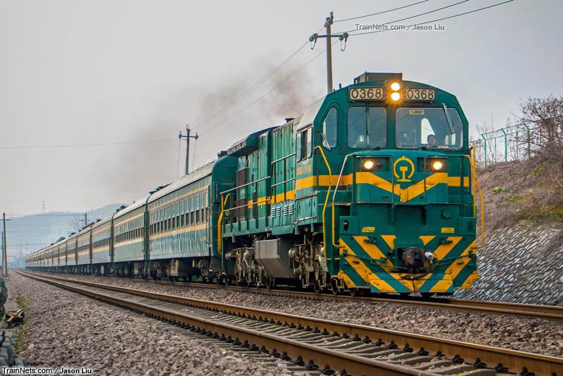 2016年2月26日。宁芜线。ND5牵引3217次通过采石站。(图/Jason Liu)