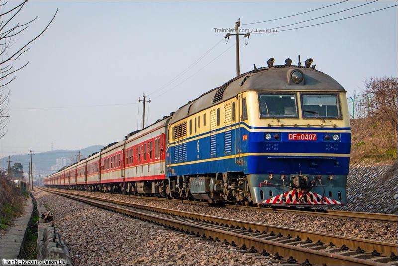 2016年2月26日。宁芜线。DF11牵引K101次(北京-温州)通过采石站。(图/Jason Liu)