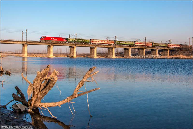2016年2月16日。HXD3D牵引K772次(南通-济南)通过京沪线泗河大桥。(图/Jason Liu)