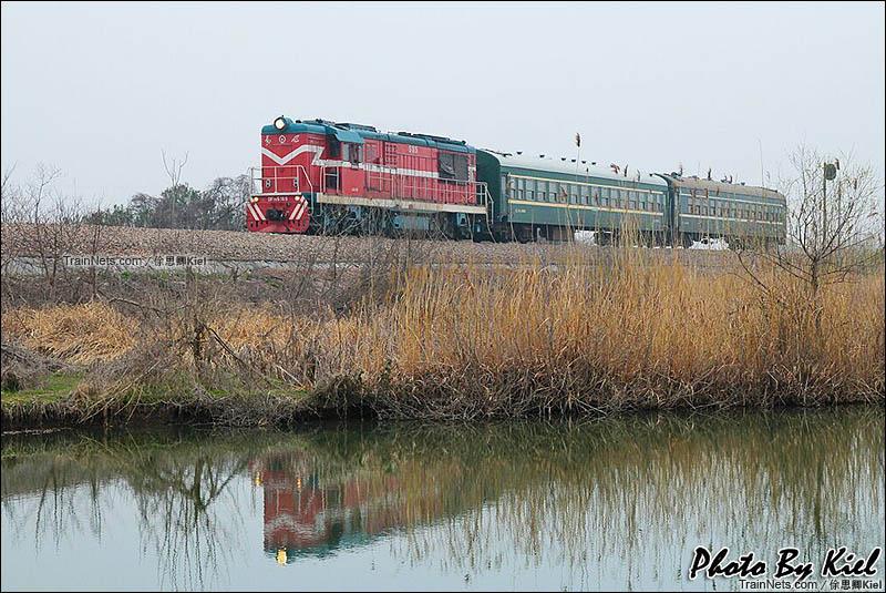 2015年3月7日。宁芜线,塔桥-芜湖东区间。DF7C牵引两节YZ25B迷你通勤车。(图/俆思卿Kiel)