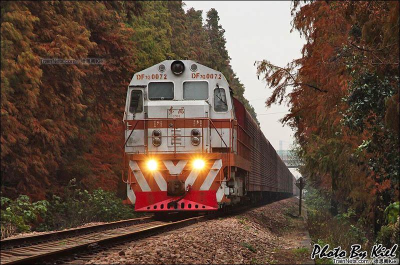 2012年11月23日。上海。新闵线。DF7G-072牵引全列汽车运输车运行在闵行-车墩区间。(图/俆思卿Kiel)