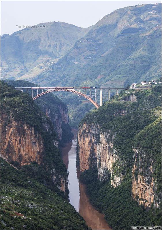 2015年10月2日。客车行驶在水红线北盘江大桥上 。(图/李刚)
