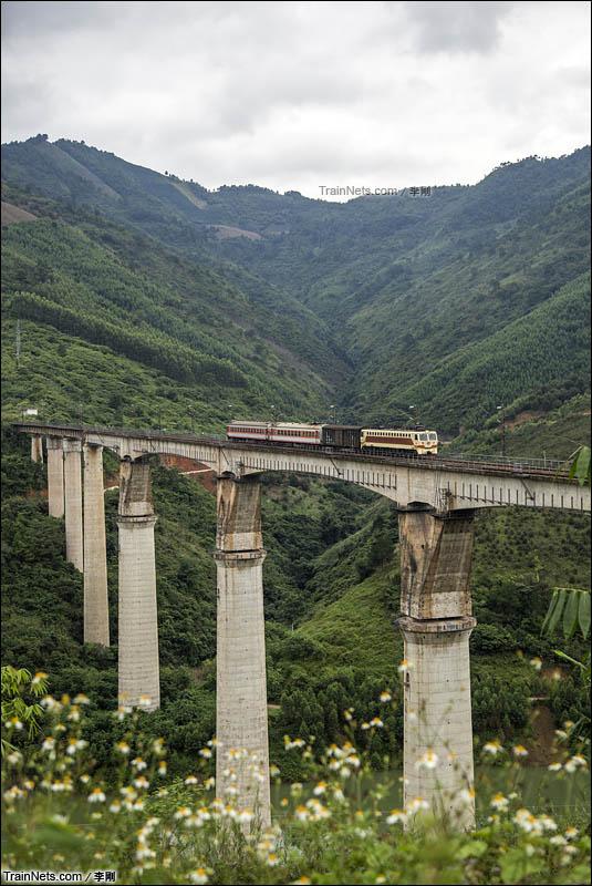 2015年10月5日。牛车行驶在南昆线南盘江大桥上 。(图/李刚)