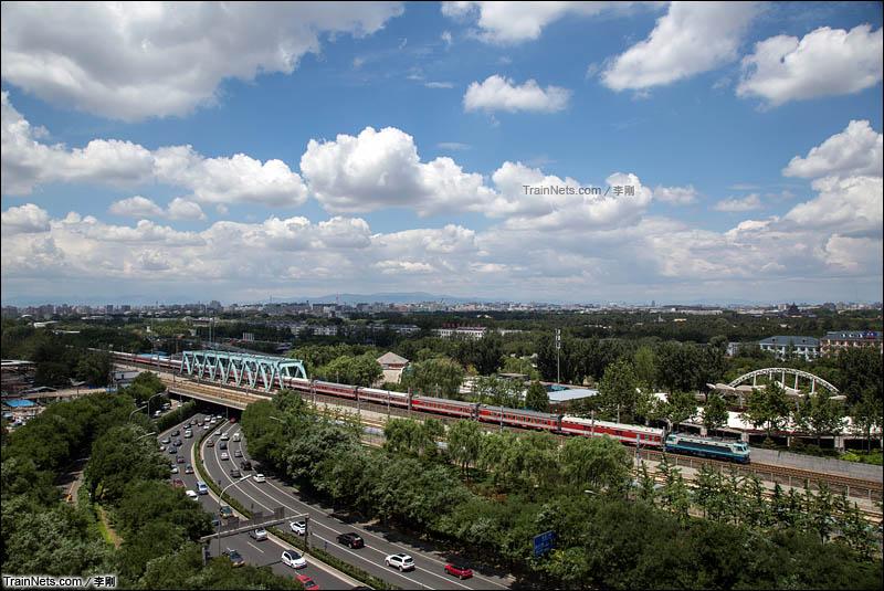 2015年6月13日。夏日的北京城,韶八牵引客车通过玉蜓桥。(图/李刚)