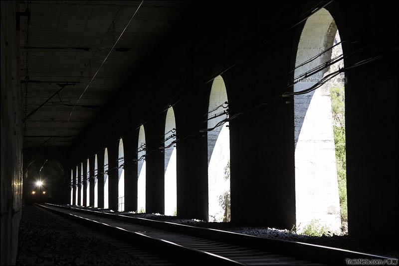 2015年5月30日。北京丰沙线,列车正在穿过珠窝棚洞 。(图/李刚)