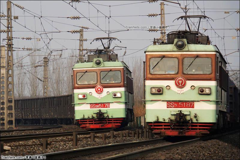 2016年1月29日。成都北环线和达成铁路交汇处,两线SS3B机车同时前往成都北方向。(图/罗勇)