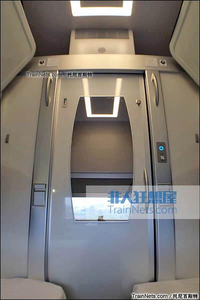 2016年2月。新一代CRH1E ZEFIRO 250型动车组。软卧包间,包间门。(图/托尼百斯特)