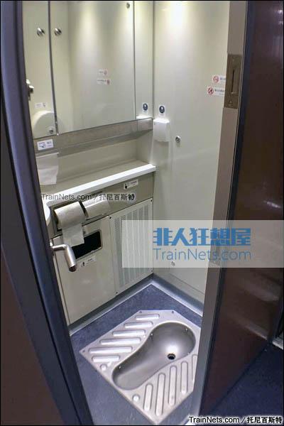 2016年2月。新一代CRH1E ZEFIRO 250型动车组。软卧车。蹲式卫生间。(图/托尼百斯特)