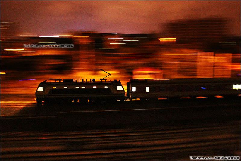 2014年5月23日。浙江金华。沪昆线。飞驰于城市流光中的SS8。(图/梅育源 @温兰旅客)