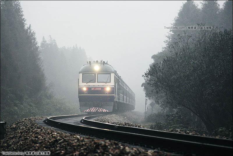 2013年11月24日,雨中金千线上的兰温小绿皮。(图/梅育源 @温兰旅客)