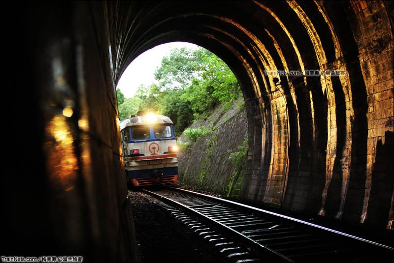 2015年10月1日。金温铁路温溪-双潮区间。K347次(沈阳北-温州)列车驶入港头二号隧道。(图/梅育源 @温兰旅客)