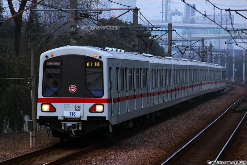 2016年2月。上海地铁1号线列车进入莲花路站。(图/香港总督)