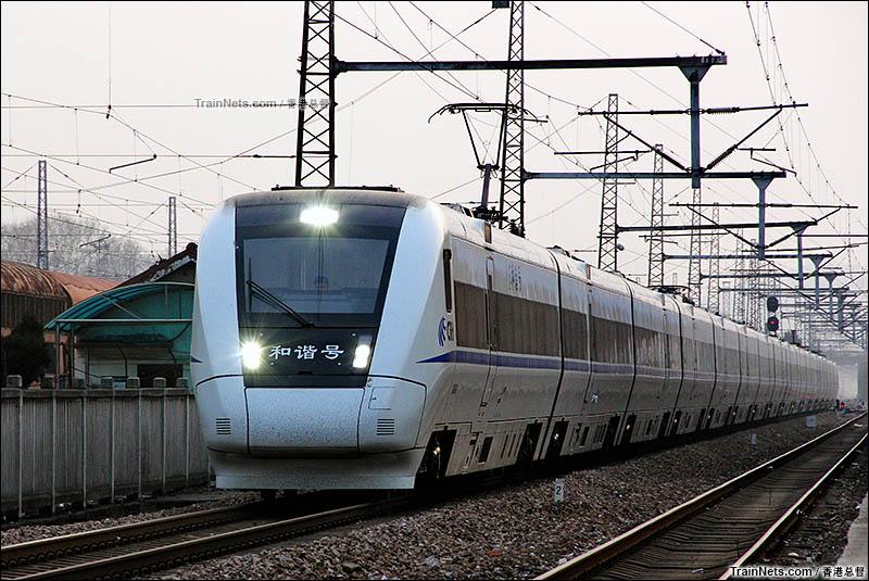 2016年2月。南京。既有线CRH1B型动车组通过宁东到达场客一线。(图/香港总督)