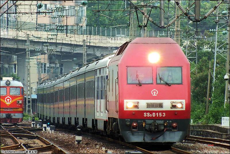 2015年6月。SS9G牵引Z14次(广州东-沈阳北)通过广州站。(图/香港总督)