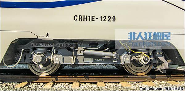 2015年8月。北京环形铁道。新一代CRH1E ZEFIRO型动车组。动力转向架。(图/西直门折返段)