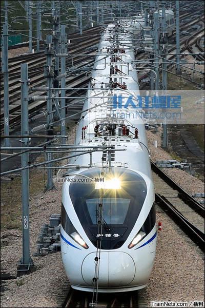 2016年1月。深圳北站。开始载客运行的新一代CRH1E ZEFIRO型卧铺动车组。(图/杨利)