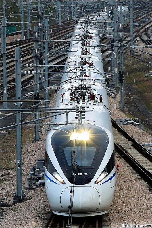 2015年2月。傍晚。厦深铁路。新一代CRH1E型卧铺动车组执行套跑列车D2347次,厦门北-深圳北准备进入深圳北站。(图/杨利)