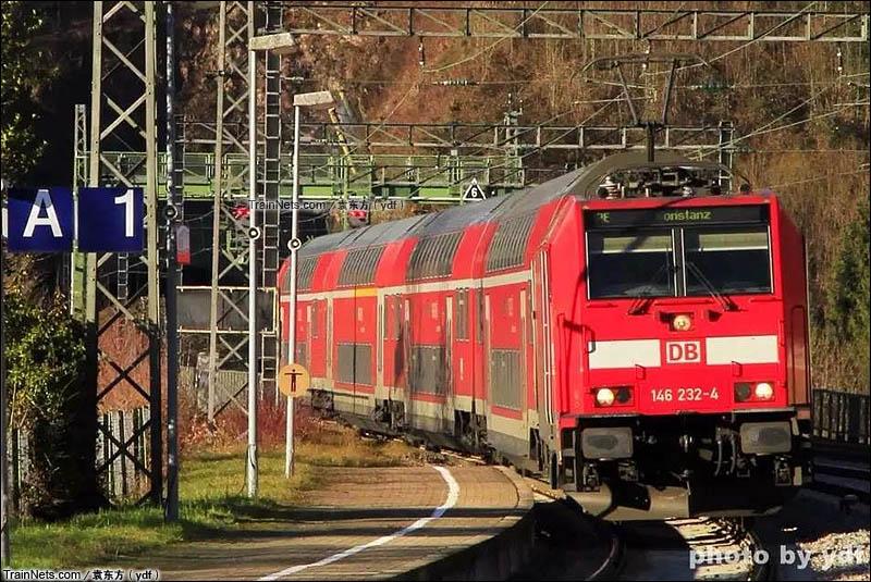2015年12月,德铁黑森林线Triberg站,开往康兹坦茨方向的黑森林特快进站。(图/袁东方)