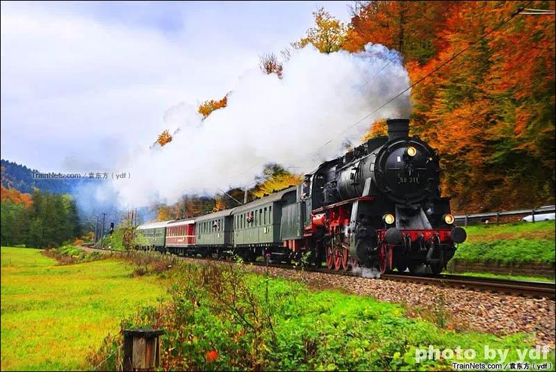 2015年10月。德国卡尔斯鲁厄市铁S1线(Albtal线),行驶在深秋Alb河谷的蒸汽机车。(图/袁东方)