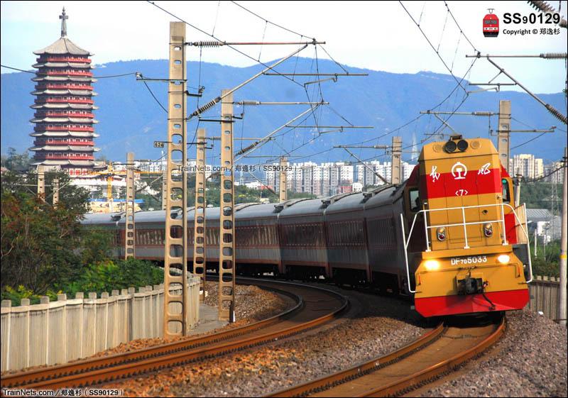 2015年10月。京广铁路。西长线槐树岭。DF7G5033外放0K401次(北京西-周口)车底。(图/郑逸杉)