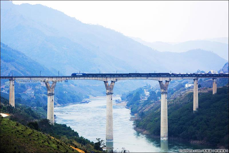 2016年2月18日。HXD1C行驶在南昆线八渡南盘江大桥上。(图/苏振源)