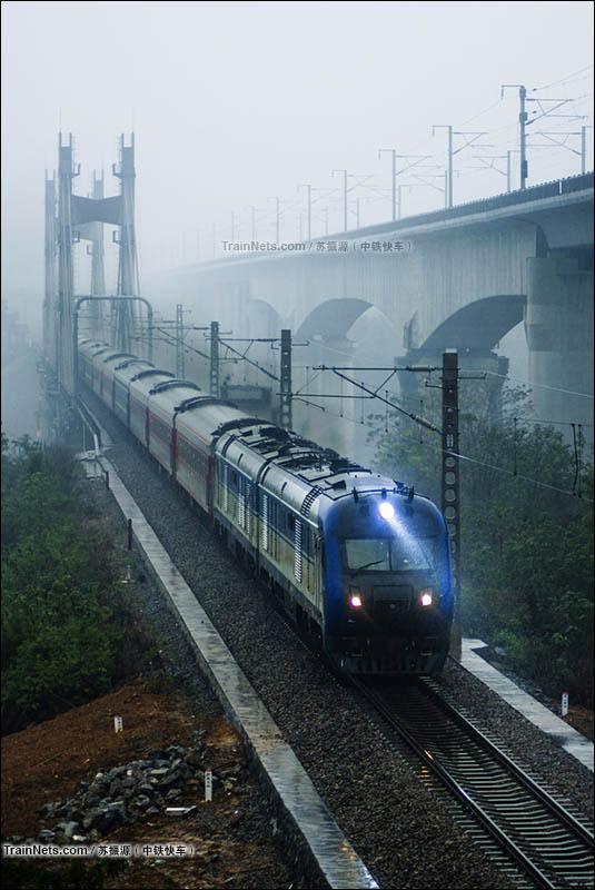 2015年12月。湘桂线。DF11G牵引K457次(郑州-海口)通过红水河大桥。(图/苏振源)