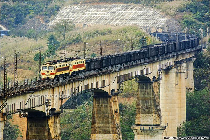 2016年2月18日。双机SS7牵引货列通过南昆线八渡南盘江大桥。(图/苏振源)