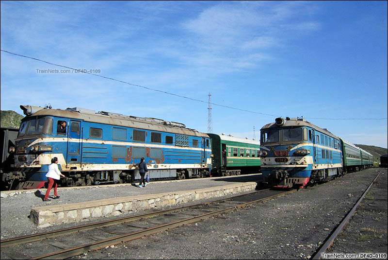 葫芦岛南票区政府,由两台小北京担当的南票矿区通勤车。(图/DF4D-0109)