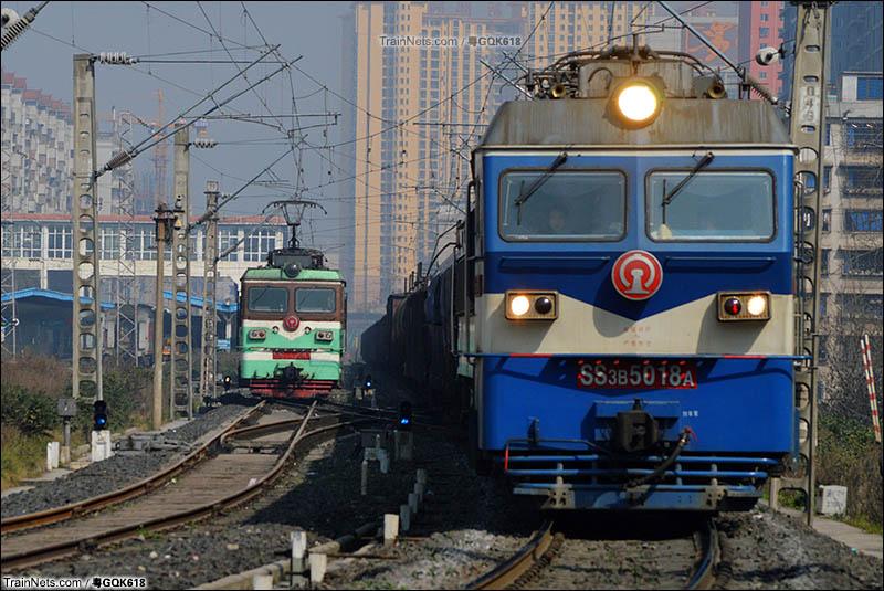 2015年2月12日。SS3B-5018于遵义站通过川黔线正线并邂逅SS3。(图/粤GQK618)